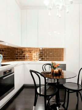 iralight-Colored glass-tile-between-cabinets-1