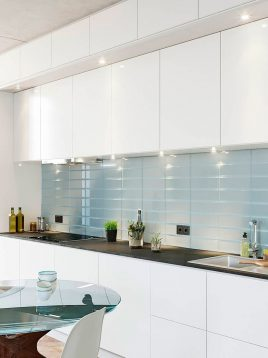 iralight-Colored glass-tile-between-cabinets-3