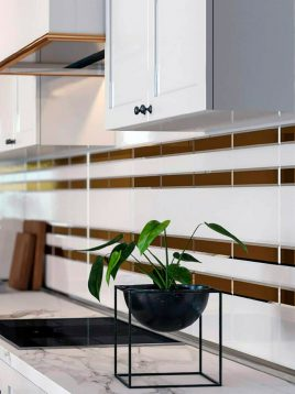 iralight-Colored glass-tile-between-cabinets-4