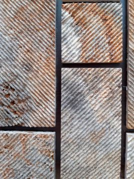 stone travertine antique model four 2 268x358 - سنگ آنتیک تراورتن طرح شیاری دودی طلایی