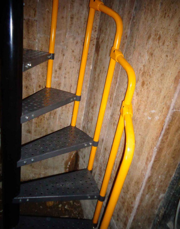 پله مارپیچ فلزی با نرده نهالسان